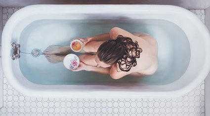 Женщина принимает ванну с арома маслами