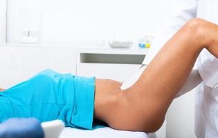 Девушка делает гинекологический массаж